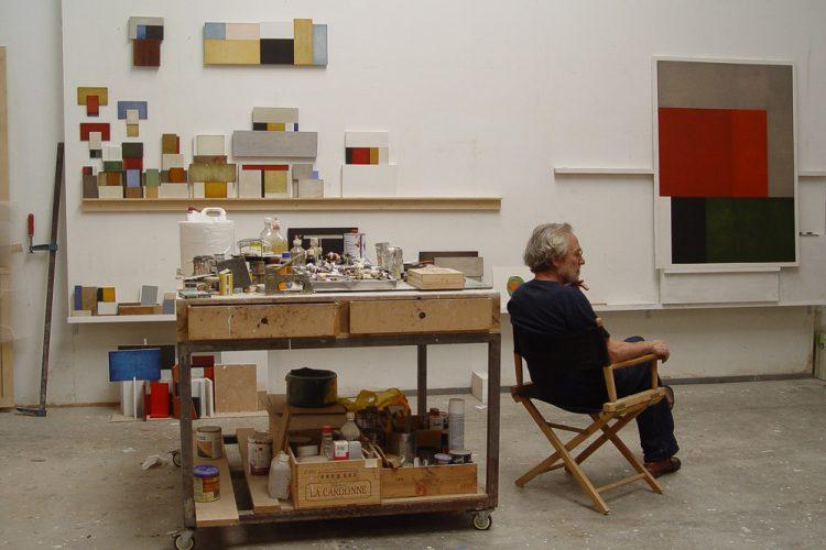 Adolfo Estrada en su estudio